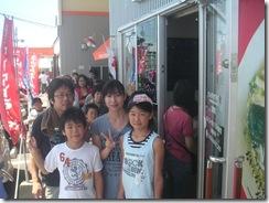 23ラーメン祭り昼入り口並んでる